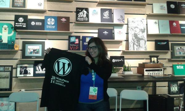 Rocio Valdivia donando la camiseta del evento al Museo